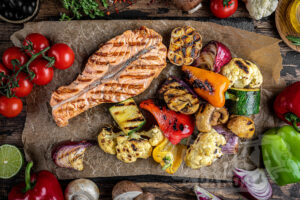 Стейк из семги и овощи на гриле