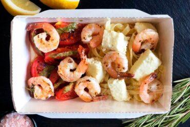 Паста с креветкми, сыром и томатами